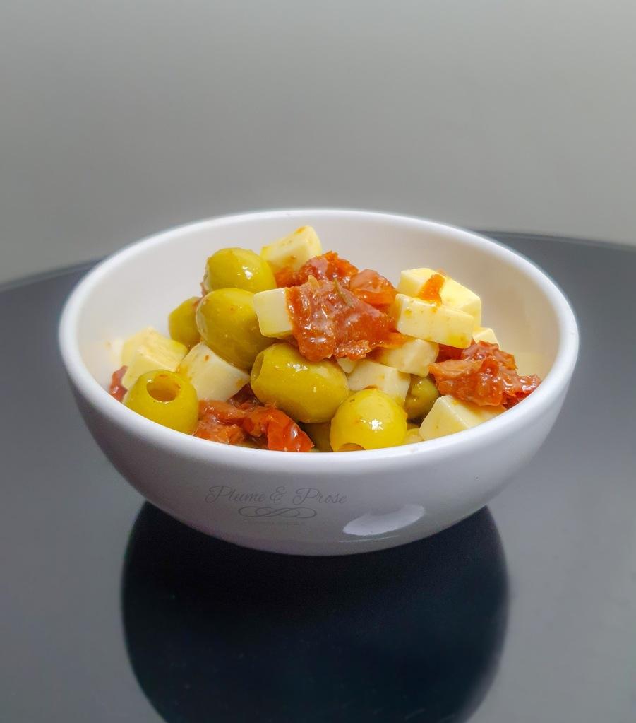 Olives marinées au Manchego et tomates séchées